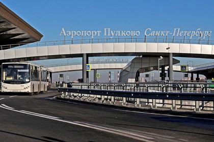 Пожилая пассажирка свалилась с трапа в российском аэропорту