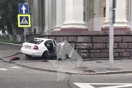 Автомобиль въехал в стену московского театра
