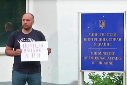 Возмущенная убийством ребенка толпа возле здания МВД Украины попала на видео