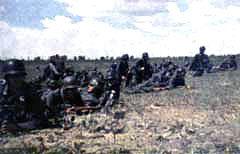 НЕМЕЦКИЕ СОЛДАТЫ ГОТОВЯТСЯ К АТАКЕ. Фото с сайта blitzkrieg.ru