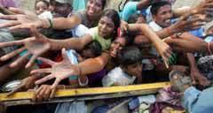 Жители Шри-Ланки спасаются от цунами. Фото Reuters