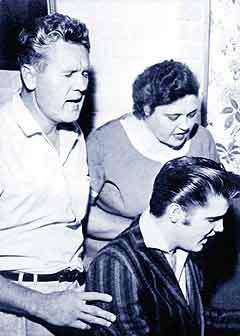ЭЛВИС С РОДИТЕЛЯМИ. Фото с сайта www.netaonline.org