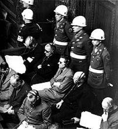 АМЕРИКАНСКИЕ ОХРАННИКИ В ЗАЛЕ СУДА. НЮРНБЕРГ, 1946 ГОД