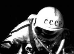 ЛЕОНОВ ВЫХОДИТ В ОТКРЫТЫЙ КОСМОС, фото из архива РГАНТД