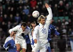 В борьбе за мяч Сергей Игнашевич и Дмитрий Сычев (в белой форме)