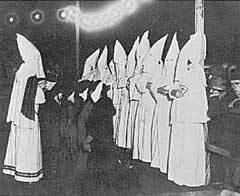 Церемония принятия новых членов в ККК, 1920-е годы, фото с сайта Библиотеки Конгресса США
