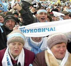 """По мнению депутата-националиста Леся Танюка, за Януковича голосует так называемая """"клумба"""" - наиболее несознательная часть населения, мечтающая о диктаторе. Фото Reuters, декабрь 2004 года."""