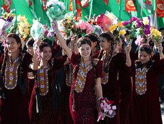 Этим молодым туркменкам, празднующим День независимости, пока еще рано думать о пенсиях, фото с сайта Туркменистан.ру