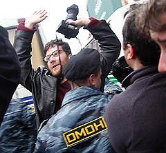 ОМОН оттесняет журналистов от Александровского сада, фото Борислава Козловского