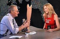 Хизер Миллс показывает свой протез Ларри Кингу, фото с сайта tvnet.lv