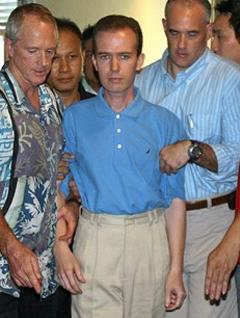 Джона Марка Карра ведут на пресс-конференцию , фото AFP