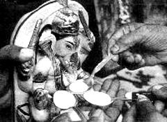 Индусы поят богов молоком, фото с сайта milkmiracle.com