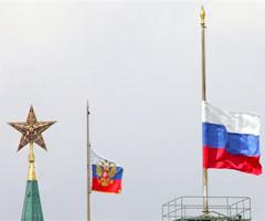 Приспущенные в день траура государственные флаги. Фото AFP