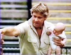 Стив держит сына во время кормления крокодилов, фото с сайта pub.tv2.no