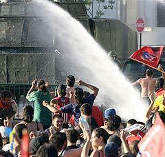 Столкновения с полицией противников Пиночета. Фото AFP.