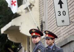 Российские милиционеры у стен грузинского посольства в Москве. Фото AFP