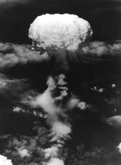 """Ядерный """"гриб"""" над Нагасаки 9 августа 1945 года, заснятый с американского самолета. Фото с сайта www1.city.nagasaki.nagasaki.jp"""
