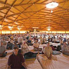 Коллективная медитация в Университете менеджмента Махариши (штат Айова)