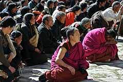 Буддийские монахи и пилигримы на демонстрации протеста. AFP