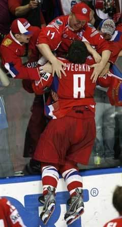 Александр Овечкин (№8) и болельщики сборной России. Фото AFP