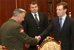 Николая Макарова (слева) поздравляют Анатолий Сердюков (в центре) и Дмитрий Медведев. Фото AFP