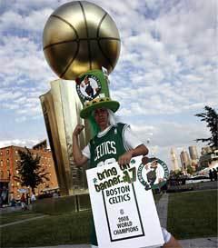 """Фанат """"Бостона"""" перед решающим матчем. Фото с официального сайта НБА"""