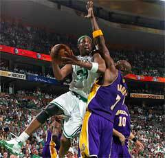 Пол Пирс против Ламара Одома. Фото с официального сайта НБА