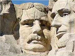 Портрет Теодора Рузвельта, высеченный в скале Рашмор в Южной Дакоте. Фото с сайта tallarmeniantale.com