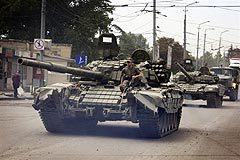 Грузинские танки уходят из Гори. Фото AFP