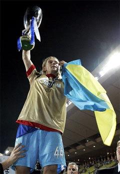 """Капитан """"Зенита"""" Анатолий Тимощук с Суперкубком УЕФА и флагом Украины. Фото AFP"""
