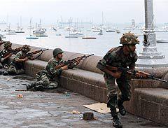 """Индийские военные во время операции по освобождению отеля """"Тадж Махал"""". Фото (c)AFP"""