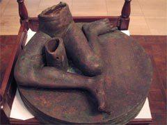 Фрагмент сидящей статуи из окрестностей Мосула. Фото с сайта iwa.univie.ac.at