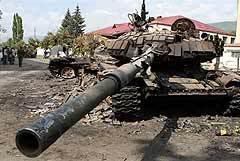 Подбитый грузинский танк в Цхинвали. Фото AFP, архив