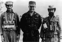 Валентин Варенников с афганскими солдатами, 1986 год. Фото с сайта valentinvarennikov.ru