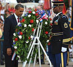 Барак Обама у Могилы неизвестных солдат. Фото <a href=http://lenta.ru/info/afp.htm>AFP</a>