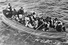 Шлюпка со спасенными пассажирами. Фото, сделанное пассажиром пришедшего на помощь судна Carpathia. Изображение с сайта archives.gov