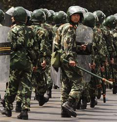 Полицейский спецназ в Урумчи. Фото (c)AFP