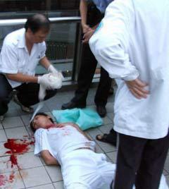 Оказание помощи пострадавшей в ходе беспорядков. Фото очевидца, распространенное в китайских социальных сетях