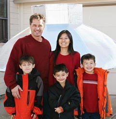 Семья Хин. Фэлкон - в центре в нижнем ряду. Фото, переданное (c)AP