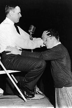Орал Робертс проводит исцеление, 1959 год. Фото AP