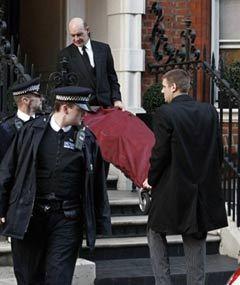 Коронеры выносят тело Александра Маккуина. Фото (c)AFP