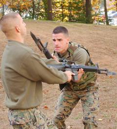 Американские морпехи отрабатывают приемы штыкового боя. Фото с сайта marines.mil