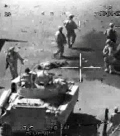 Американские солдаты на месте обстрела. Кадр видеозаписи с сайта WikiLeaks