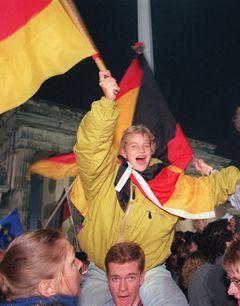 1990 год. Немцы перед Бранденбургскими воротами празднуют объединение Германии. Фото (c)AFP