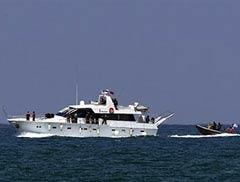 """Лодка ВМС Израиля эскортирует яхту из """"флотилии свободы"""". Фото (c)AFP"""