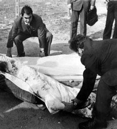 Тело Пьера Паоло Пазолини на месте убийства. Фото из архива (c)AFP