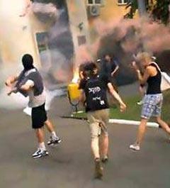 Неизвестные молодые люди у здания администрации. Кадр любительской видеозаписи с сайта himki.ru