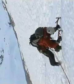 Джо Симпсон восходит по второму ледяному полю Айгера. Кадр из фильма Drama in der Eiger Nordwand