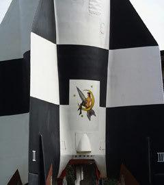 "Макет ракеты ""Фау-2"" и картинкой из фильма ""Девушка на луне"". Фото пользователя Raboe001 с сайта wikipedia.org"