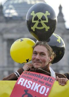 Участник акции протеста против атомной энергетики в Берлине. Фото AFP